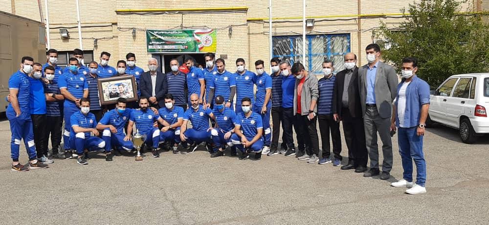 اهدای جام قهرمانی تیم هندبال مس به فرزند شهید پورجعفری